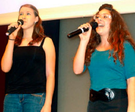 "Stimmgewaltiges Duo: Julia (links) und Letizia sangen den Gospeltitel ""Lean on me""."